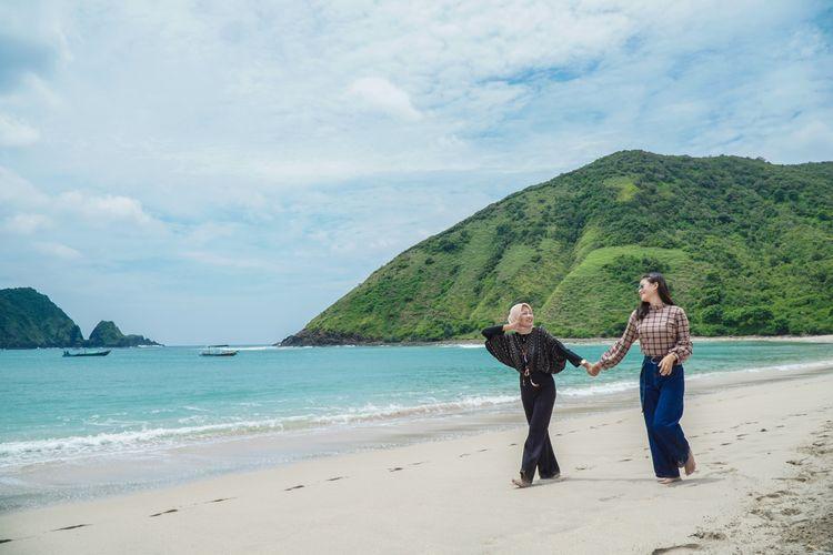 Tempat wisata bernama Pantai Mawun di Kabupaten Lombok Tengah, Nusa Tenggara Barat (dok. GoMandalika.com   Dinas Pariwisata dan Kebudayaan Lombok Tengah)