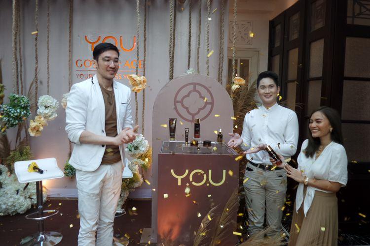 Dr. Haekal Anshari, M. Biomed (AAM), Brand Director Y.O.U Dickson Leo dan beauty vlogger Rachel Goddard (paling kiri ke kanan) pada peluncuran Y.O.U Golden Age di kawasan Menteng, Jakarta Pusat, Kamis (16/1/2020).