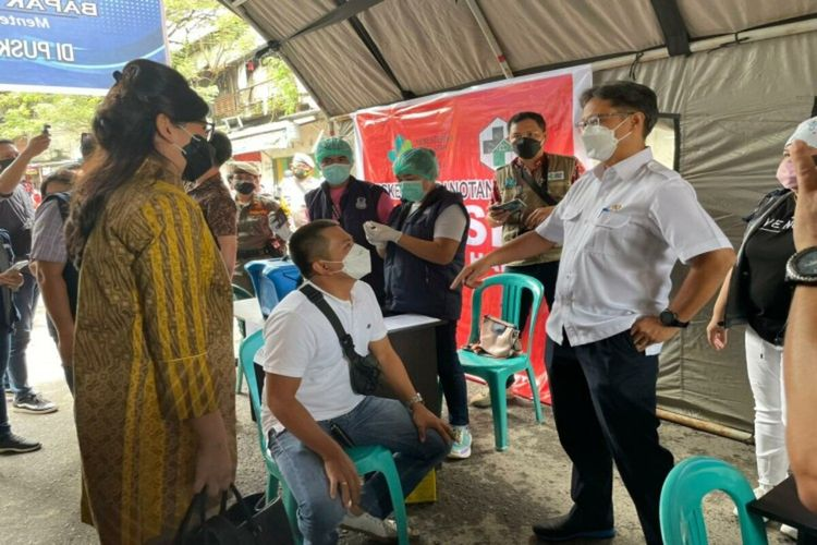 Health Minister Budi Gunadi Sadikin (right) gets a closer look of how vaccination program is conducted in Ranotana Weru Community Health Center in Manado, North Sulawesi on Friday, March 3, 2021.