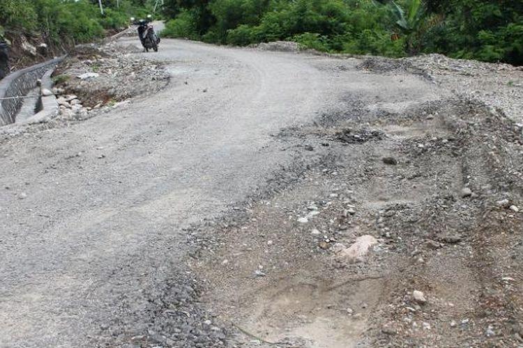jalan sepanjang 1,3 kilometer di Desa Banain yang berbatasan langsung dengan Distrik Oekusi, Timor Leste, baru sebulan dikerjakan, namun  sudah rusak parah di sejumlah titik, Minggu (22/12/2013)