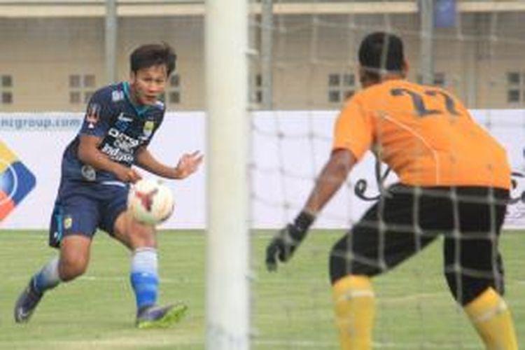 Pemain Persib Bandung, Yandi Sofyan, melepaskan tembakan ke gawang Malaysia All Stars pada partai uji coba di Stadion Jalak Harupat, Sabtu (24/10/2015).