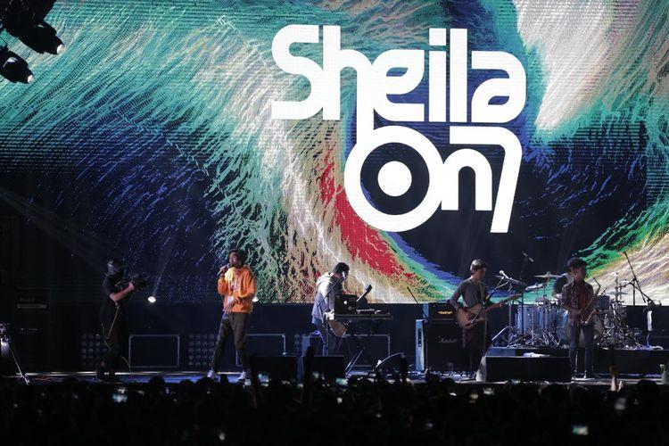 Sheila On 7 saat tampil di acara Synchronize Fest 2019 di Gambir Expo, Kemayoran, Jakarta Pusat, Minggu (6/10/2019).