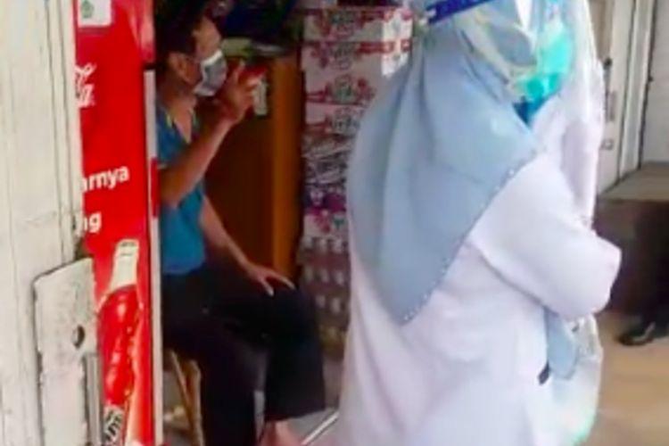 Pria pemilik toko di Palembang yang baru pulang dari Malaysia langsung membuka toko hingga akhirnya dijemput oleh tim kesehatan Gugus Tugas Penanganan Covid-19, Sumatera Selatan, Rabu (22/4/2020).