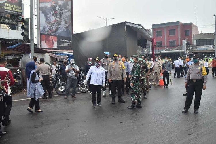 Bupati Bogor Ade Yasin beserta jajaran TNI dan Polri melakukan sosialisasi di sejumlah perbatasan di Kabupaten Bogor, Jawa Barat, Selasa (14/4/2020).
