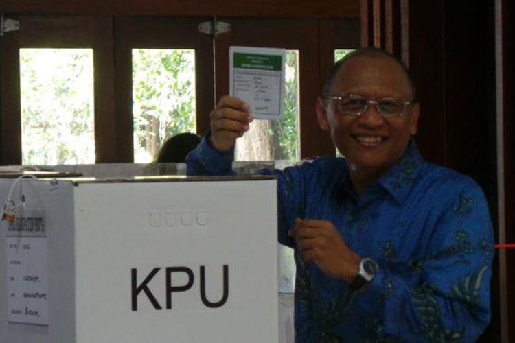 Anggota Dewan Pembina Partai Demokrat, Pramono Edhie Wibowo saat mencoblos dalam Pemilu 2014, setelah 38 tahun berkiprah di dunia militer, Rabu (9/4/2014).
