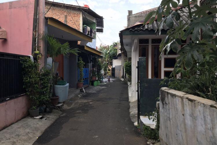 Gang di sekitar rumah terduga teroris Nouval Farisi (36) warga Tanjung Barat, Jagakarsa, Jakarta Selatan masuk dalam Daftar Pencarian Orang (DPO) terduga teroris buruan Detasemen Khusus (Densus) 88 Antiteror Polri pada Rabu (7/4/2021).