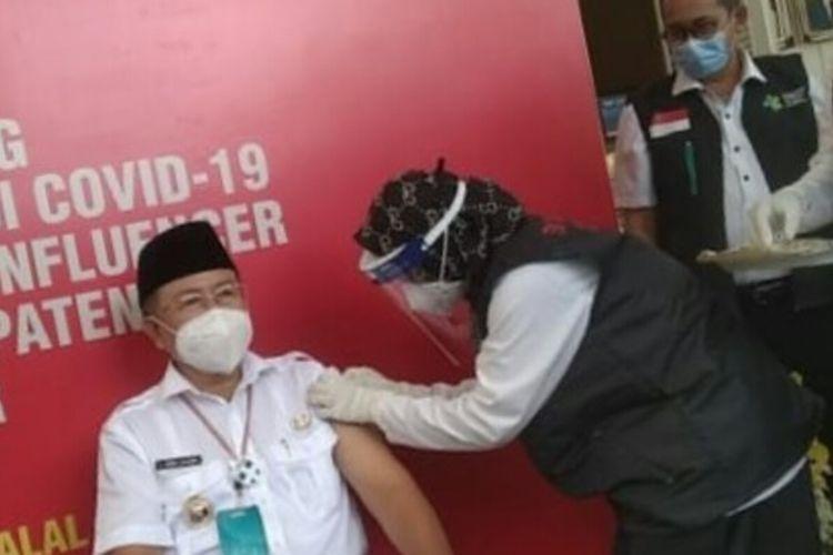 Plt Bupati Cianjur Herman Suherman menjadi orang pertama yang disuntik vaksin Covid-19 di Cianjur, Kamis (28/1/2021).