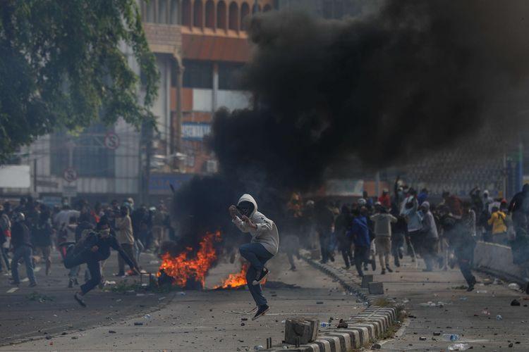 Suasana bentrok antara Pelajar dan Polisi di Kawasan Harmoni, Jakarta Pusat, Kamis (8/10/2020)