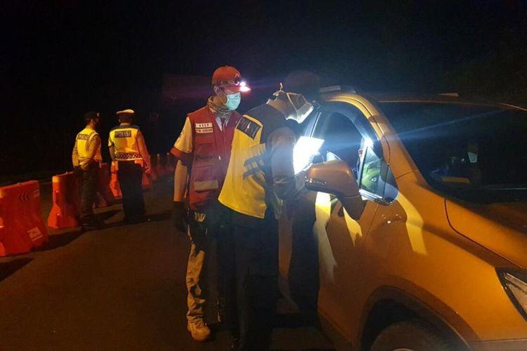 Petugas tengah melakukan pengecekan kendaraan di salah satu titik check point di Kabupaten Subang.