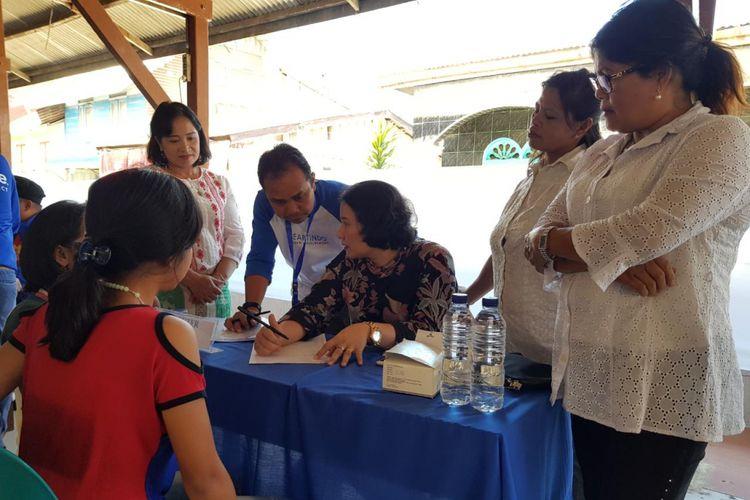 dr Juliayanti Tarigan SpKK sedang melayani keluhan soal kesehatan kulit warga Desa Batukarang yang terdampak erupsi Gunung Sinabung, Sumatera Utara. Layanan kesehatan ini termasuk dari program Vaseline Healing Project.