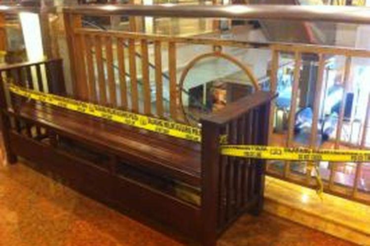 Bangku yang diduduki Amanda Dewi Nugroho (7/11/2014) di Senayan Trade Centre (STC), Jakarta Pusat, Selasa (11/11/2014). Bocah itu tewas akibat tersengat listrik yang mengaliri papan reklame di pembatas lantai.