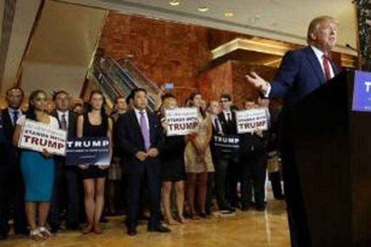 Setya Novanto, Fadli Zon, dan sejumlah anggota DPR RI lain berdiri di belakang Trump, sesekali turut bertepuk tangan.