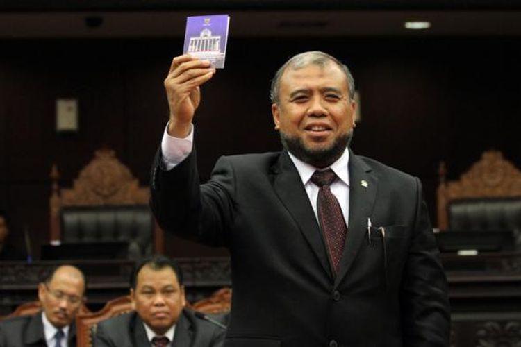 Hakim Konstitusi Patrialis Akbar memberikan suaranya dalam voting pemilihan Wakil Ketua MK periode 2015-2017 pada Rapat Permusyawaratan Hakim Konstitusi di Gedung MK, Jakarta, Senin (12/1/2015).