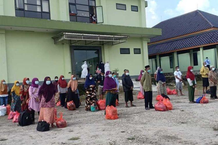 DIPULANGKAN—Pasien covid-19 sembuh klaster hajatan berbaris siap dipulangkan setelah menjalani peratawan di RSUD Dolopo, Kabupaten Madiun, Jawa Timur, Rabu (23/6/2021) sore.