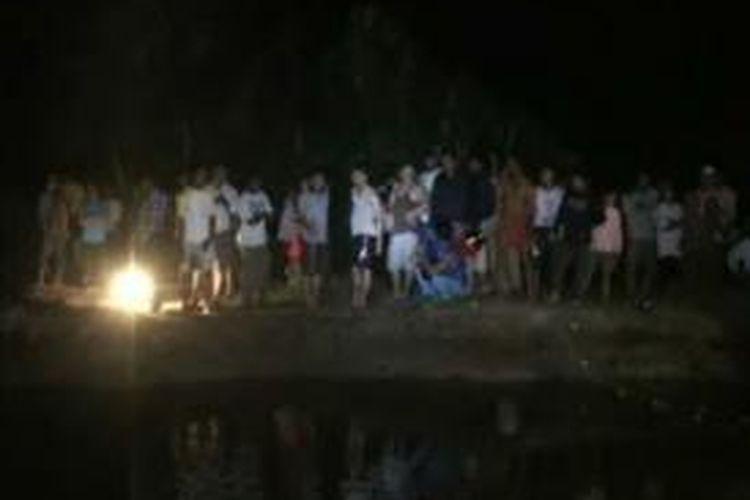 Warga Kecamatan Pasangkayu, Mamuju Utara, Sulawesi Barat memburu buaya penerkam Hasanah, Sabtu (23/11/2013) subuh tadi.