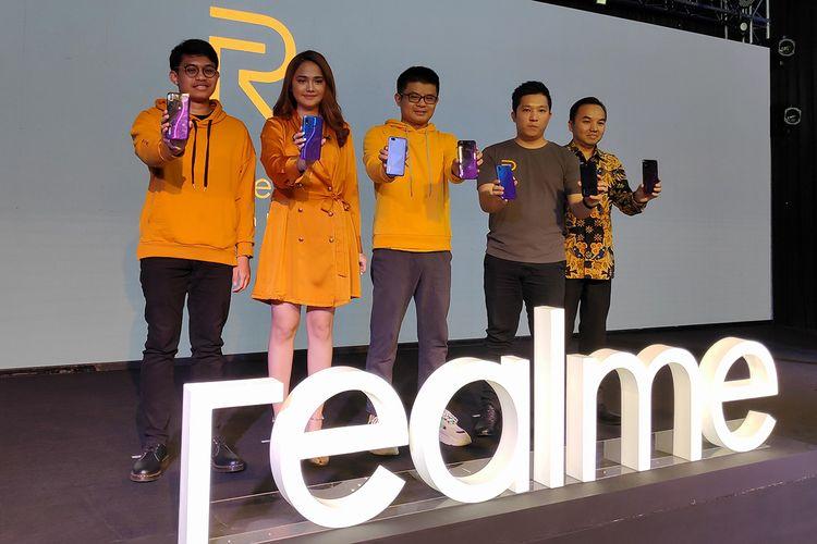 Josef Wang, Marketing Director Realme SEA (tengah) berfoto dalam acara peluncuran Realme 3 Pro dan Realme C2 di Depok, Rabu (8/5/2019).