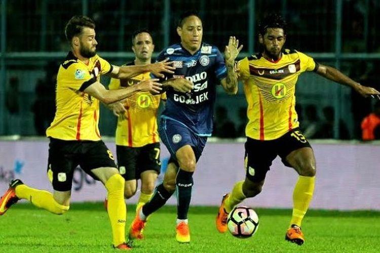 Penyerang berstatus marquee player Arema FC, Juan Pablo Pino, ditempel ketat oleh tiga pemain Barito Putera pada laga pekan keempat Liga 1 musim 2017 di Stadion Kanjuruhan, Kab Malang, Jumat (5/4/2017).