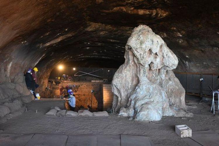 Di Gua Wonderwerk ditemukan peralatan kuno dari batu seperti kapak tangan, dan bukti manusia purba di gua ini sudah menggunakan api sekitar satu juta tahun yang lalu.