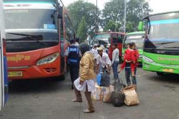 Penumpang baru turun dari bus asal Sumatera di Terminal Kalideres, Jakarta Barat, Minggu (10/7/2016). Puncak arus balik Lebaran di Terminal Kalideres diprediksi terjadi hari ini.