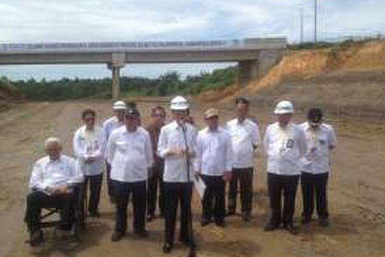 Presiden Republik Indonesia Joko Widodo (Jokowi) meninjau proyek pembangunan Jalan Tol Balikpapan-Samarinda Seksi V Km 13 Balikpapan-Sepinggan, Balikpapan Utara, Kalimantan Timur yang ditinjaunya pada Kamis (24/3/2016).