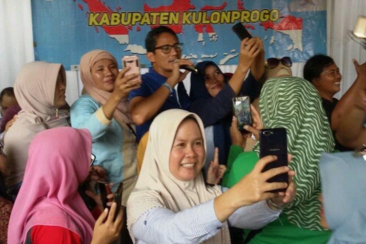 Cawapres Nomor Urut 02 Sandiaga Salahudin Uno terus mendapat perhatian dari para ibu-ibu di tiap kampanyenya, termasuk saat kampanye di 3 titik di Kulon Progo.
