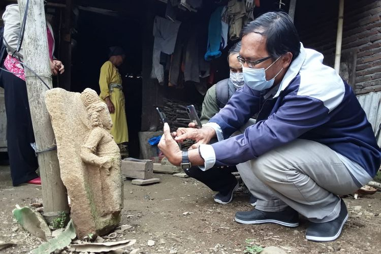 Petugas memeriksa arca Agastya yang ditemukan di Desa Sidomukti Kecamatan Bandungan Kabupaten Semarang.
