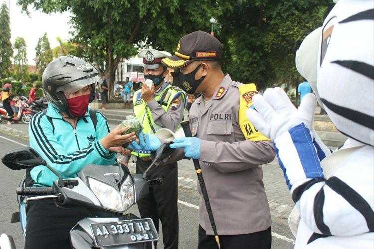 Kapolres Kebumen AKBP Rudy Cahya Kurniawan memberikan hadiah berupa sayur saat operasi yustisi di sekitar Alun-alun Kebumen, Selasa (22/9/2020).