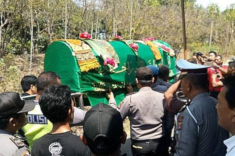 Sejumlah warga dan keluarga serta polisi mengikuti proses pemakaman Haringga Sirla di TPU Blok Jembatan, Desa Kebulen, Kecamatan Jatibarang, Kabupaten Indramayu, Jawa Barat, Senin (24/9/2018).