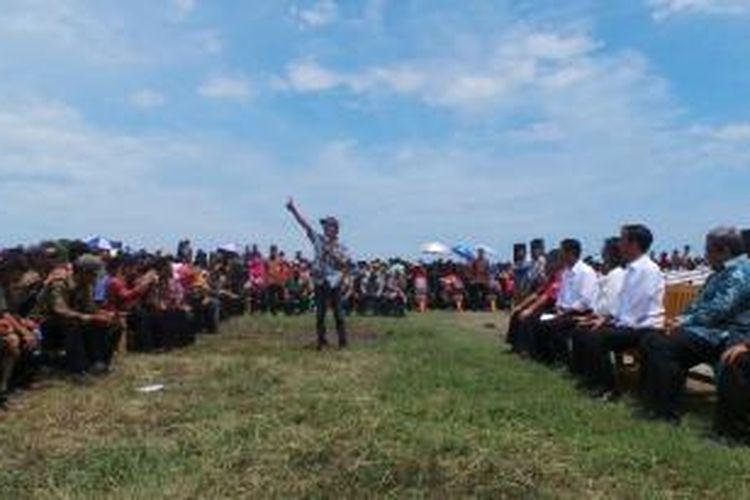 Gaya Kang Kribo saat berdialog dengan Presiden Joko Widodo, di lapangan Pertamina Bojong Jaya, Subang, Jawa Barat, Jumat (26/12/2014).
