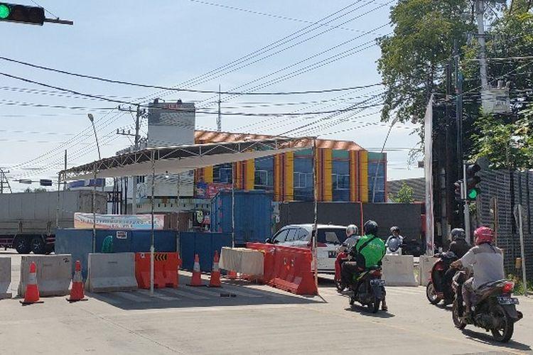 Sejumlah pengendara menerobos blokade beton di posko check point Jalan Jendral Sudirman yang sepi tanpa petugas di hari pertama PSBB di Kota Tegal, Jawa Tengah, Kamis (23/4/2020)