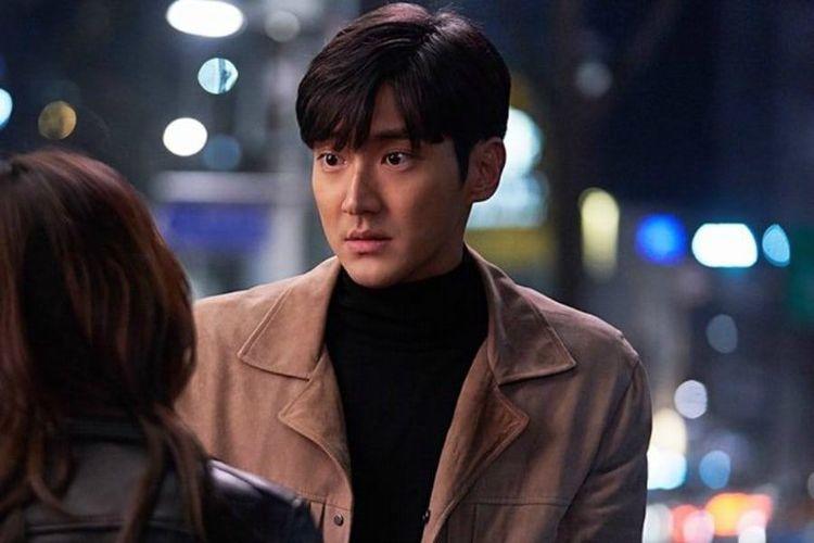 Member Super Junior Choi Siwon berperan sebagai penipu dalam drama My Fellow Citizens.