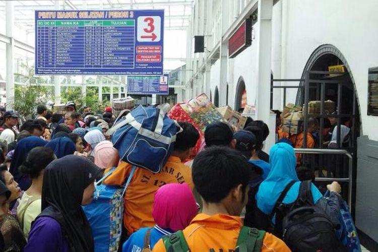Stasiun Pasar Senen mulai dipadati calon penumpang mudik pada Jumat (10/7/2015) siang