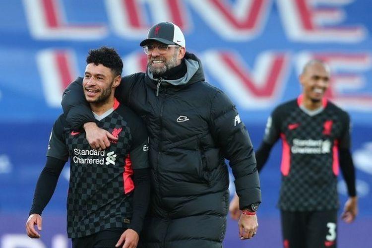 Pelatih Liverpool, Juergen Klopp, merangkul Alex Oxlade-Chamberlain seusai kemenangan 7-0 The Reds di kandang Crystal Palace, Selhurst Park, pada Sabtu (19/12/2020).