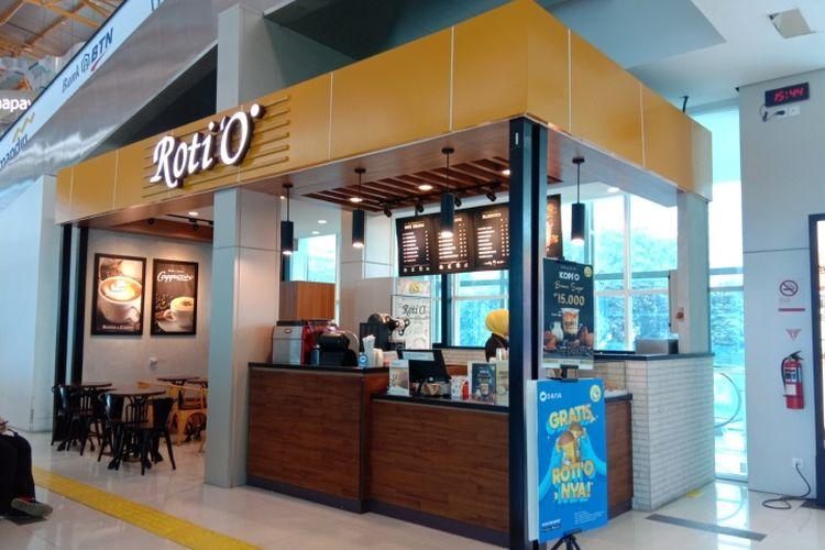 RotiO terletak dekat dengan pusat informasi dan juga tangga jalan menuju lantai 2 stasiun BNI City, Jakarta, Senin (24/2/2020).