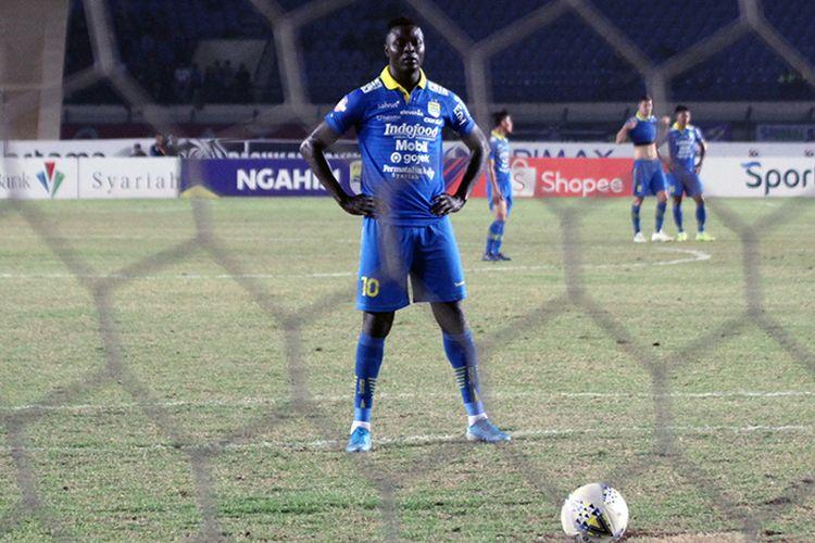 Ezechiel NDouassel bersiap mengambil eksekusi penalti ke gawang Semen Padang.