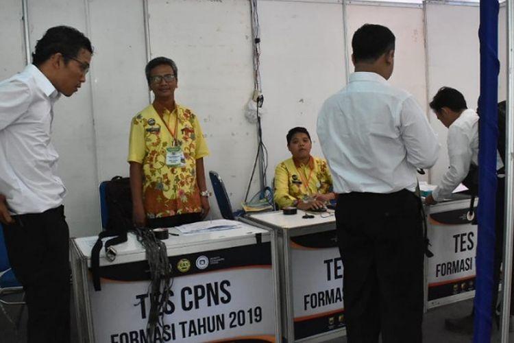 Salah seorang peserta ujian SKD formasi CPNS Kabupaten Batang Jawa Tengah memakai tali rafia pengganti sabuk.