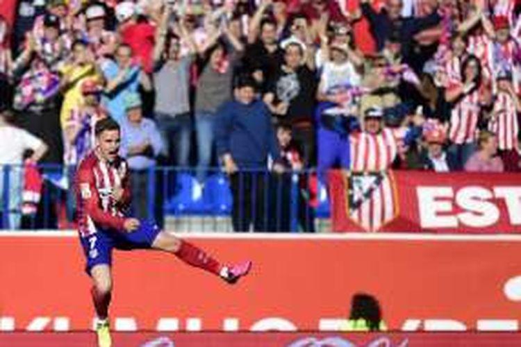 Penyerang Atletico Madrid, Antoine Griezmann, melakukan selebrasi setelah mencetak gol ke gawang Rayo Vallecano pada pertandingan La Liga di Stadion Vicente Calderon, Madrid, Sabtu (30/4/2016).