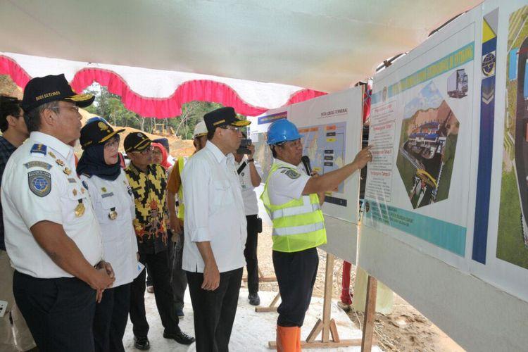 Menteri Perhubungan Budi Karya Sumadi saat melakukan kunjungan kerja ke Entikong, Kabupaten Sanggau Kalimantan Barat (23/2/2018)