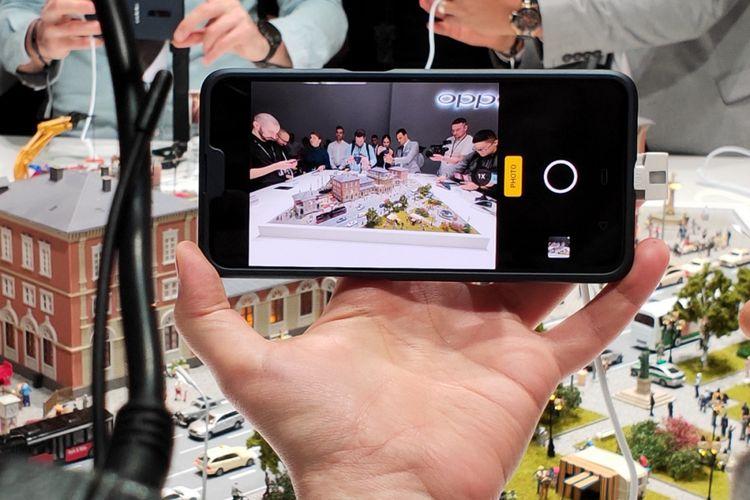 Kamera ponsel Oppo dengan fitur zoom optik 10x dipamerkan di Barcelona, Spanyol, Sabtu (23/9/2019).