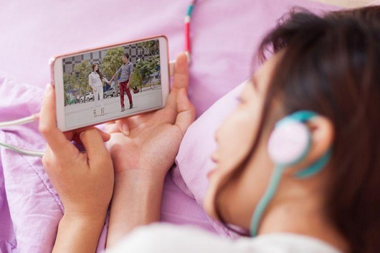 Ilustrasi menonton film dengan smartphone