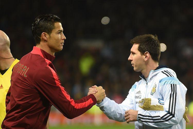 Striker Argentina Lionel Messi (kanan) berjabat tangan dengan striker Portugal Cristiano Ronaldo (kiri) menjelang pertandingan persahabatan internasional antara Argentina dan Portugal di Old Trafford di Manchester pada 18 November 2014.