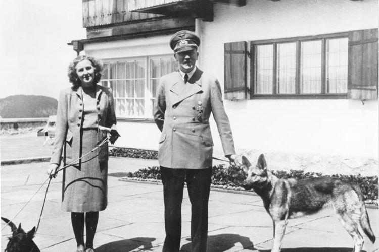 Eva Braun (kiri) dan kekasihnya, Pemimpin Nazi Jerman Adolf Hitler bersama anjing mereka ketika berada di rumah persinggahan di Berghof.