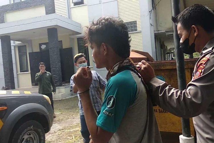 OM (24), pedagang pempek yang kerap mencuri celana dalam wanita di jemuran warga ditangkap polisi usai menjalankan aksinya di kawasan Indihiang, Kota Tasikmalaya, Selasa (13/7/2021).