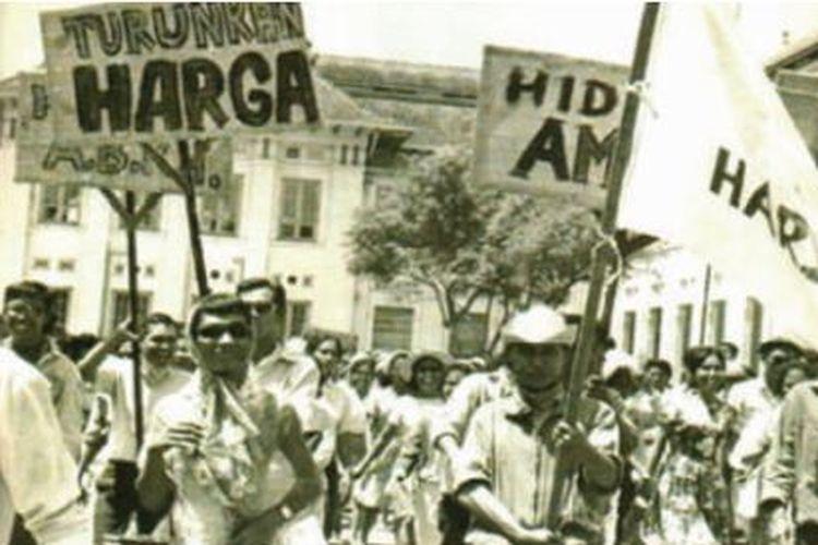 Demonsrasi besar-besaran di tahun 1965, salah satunya dipicu oleh inflasi