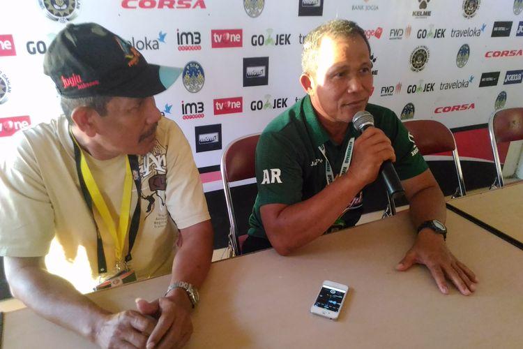 Asisten Pelatih Persebaya, Ahmad Rosyidi, memberikan keterangan kepada awak media di Stadion Sultan Agung, Kabupaten Bantul, Kamis (18/5/3017).