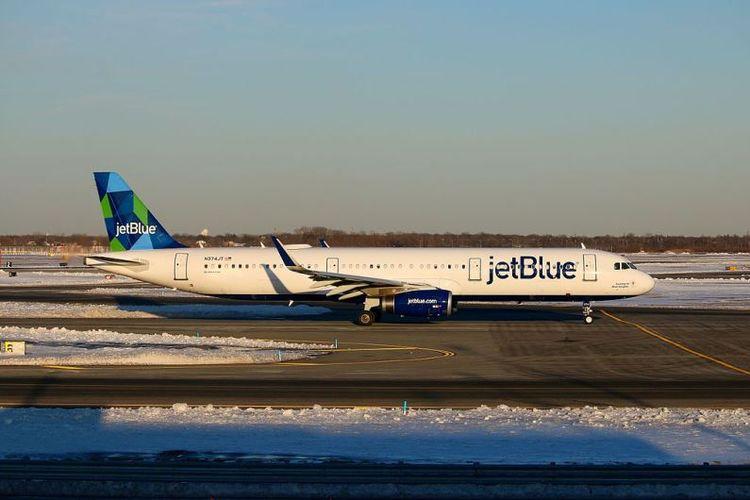 Sebuah Airbus A321-200 milik maskapai penerbangan JetBlue di bandara John F Kennedy, New York.