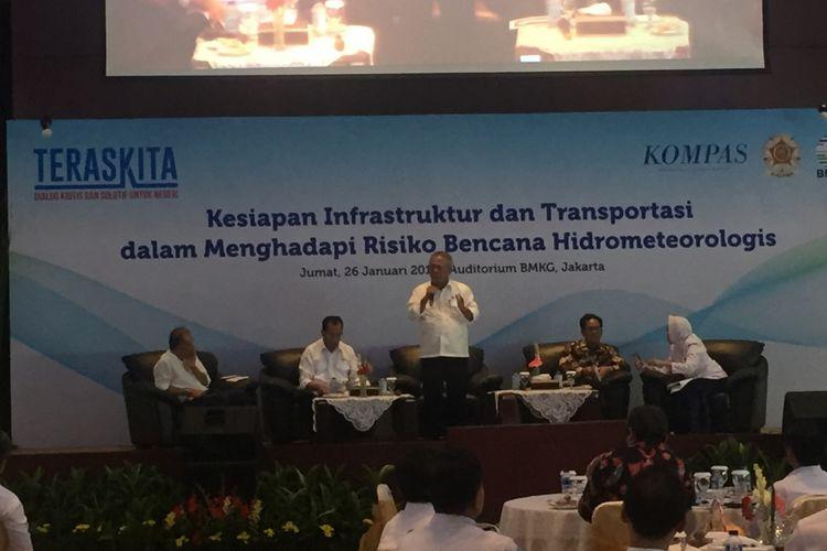 Menteri Pekerjaan Umum dan Perumahan Rakyat Basuki Hadimuljono saat menyampaikan paparan dalam diskusi bertajuk Kesiapan Infrastruktur dan Transportasi dalam Menghadapi Risiko Bencana Hidrometereologis di Kantor BMKG, Jumat (26/1/2018).