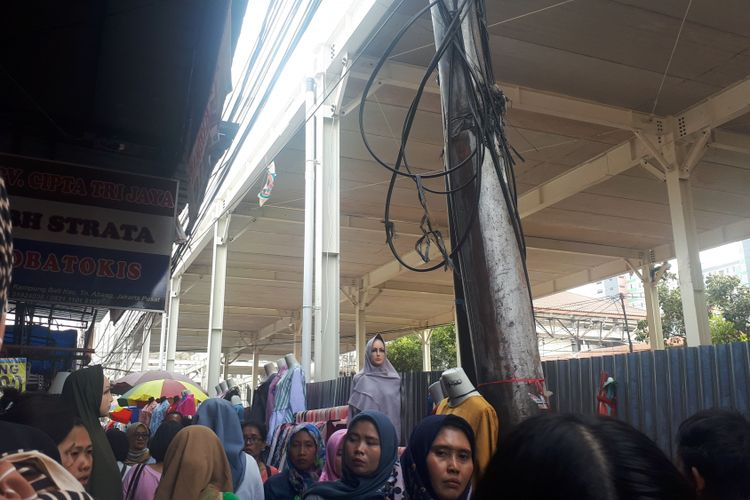 Beberapa pedagang kali lima tampak nekat berjualan di sebelah pembatas seng skybridge Tanah Abang sehingga mempersulit pejalan kaki yang ingin melintas di trotoar. Foto diambil Kamis (11/10/2018).