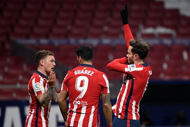 Saul Niguez (kanan) merayakan golnya dalam pertandingan Atletico Madrid vs Sevilla pada Liga Spanyol di Stadion Wanda Metropolitano, Rabu (13/1/2021) dini hari WIB.