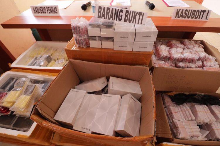 Sebanyak 2.389 unit Handphone Black Market (BM) berbagai merek asal China diamankan oleh Ditreskrimsus Polda Kepri. Tidak saja mengamankan 2.389 unit Handphone BM, Ditreskrimsus juga berhasil mengamankan satu orang pelaku pemilik gudang berinisial A.